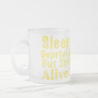 Sono destituído mas ainda vivo no amarelo caneca de café vidro jateado