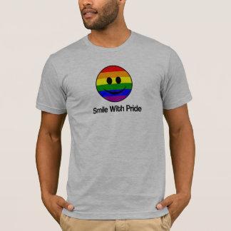 Sorriso de LGBT com camisa do orgulho