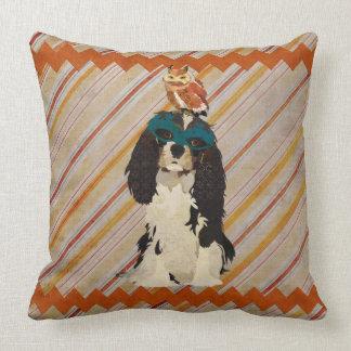 Spaniel do mascarada & travesseiro decorativo