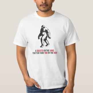 Squatch na mão e no arbusto tshirts