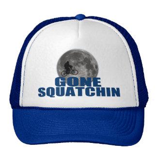Squatchin ido Sasquatch na bicicleta com chapéu da Bones