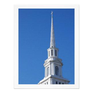 Steeple branco da igreja convites