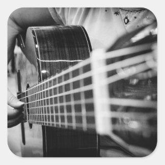 Strumming as etiquetas da música da guitarra