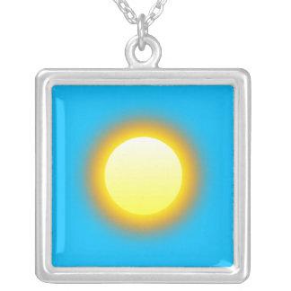 Sun de incandescência, fundo profundo dos azul-céu colar com pendente quadrado