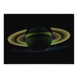 Sun que brilha atrás do planeta Saturn que molda Convite
