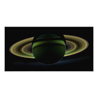 Sun que brilha atrás do planeta Saturn que molda u Cartao Com Foto