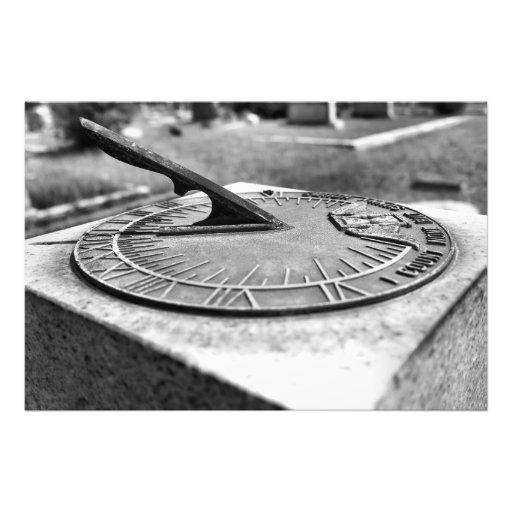 Sundial do cemitério em preto e branco impressão de fotos