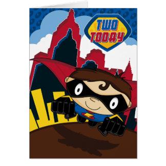 Super-herói bonito no cartão de aniversário da