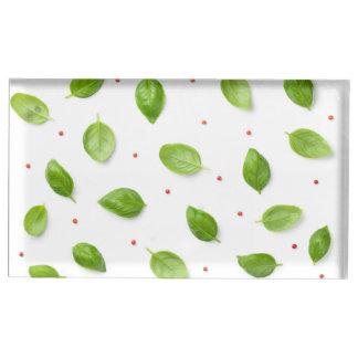 Suporte Para Cartão De Mesa Folhas da manjericão com os Peppercorns isolados