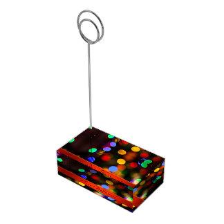 Suporte Para Cartões De Mesa Luzes de Natal coloridos. Adicione o texto ou