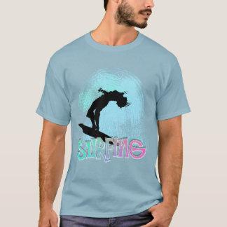 Surf do verão que embarca os maremotos gráficos camiseta