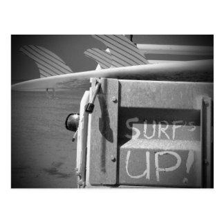 Surfar ascendente do surf da prancha do surf preto cartão postal