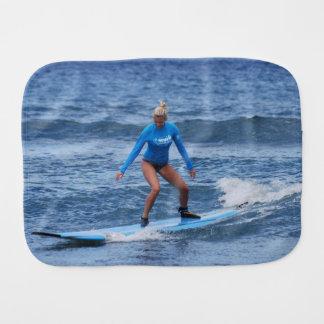 Surfista da menina fraldinhas de boca