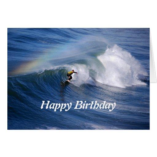 Surfista do feliz aniversario com arco-íris cartão