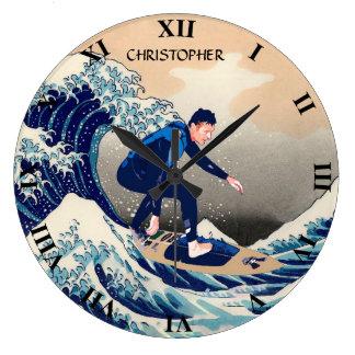 Surfista engraçado que surfa na grande onda de relógio para parede
