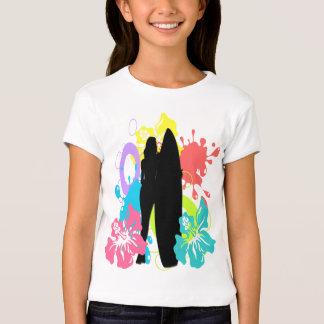 Surfista fêmea, o t-shirt do miúdo colorido do