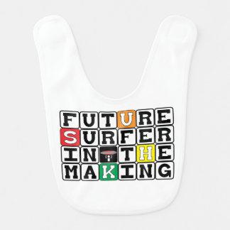Surfista futuro no babador do fazer