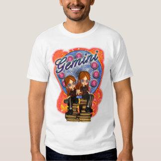 T bonito das meninas com as meninas gêmeas de t-shirt