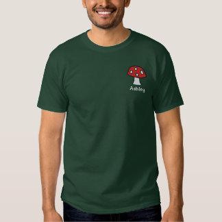 T-shirt bordado do cogumelo nome vermelho