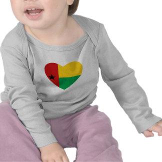 T-shirt do coração da bandeira de Guiné-Bissau