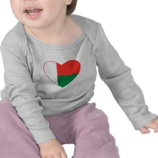 T-shirt do coração da bandeira de Madagascar