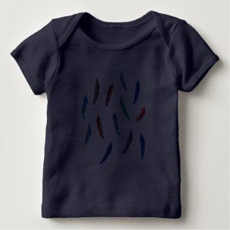 T-shirt do regaço do bebê com penas da aguarela