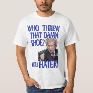 T-shirt engraçado jogado calçados do arbusto do