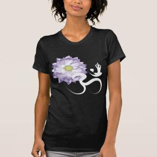 T-shirt roxo da caligrafia do OM da ioga da flor d