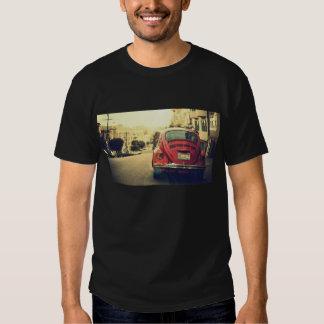 T-shirt vermelho do carro do vintage