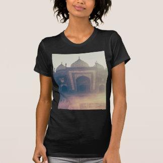 Taj bonito Mahal em um dia nevoento T-shirt