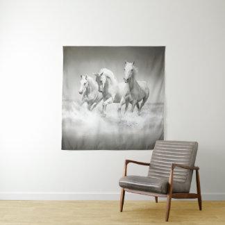 Tapeçaria quadrada selvagem da parede dos cavalos