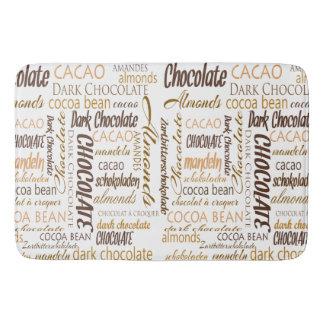 Tapete De Banheiro Chocolate, amêndoas e design de texto escuro do