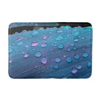 Tapete De Banheiro Close up dos pingos de chuva, azuis de Spacey