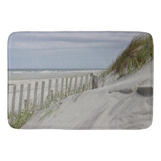Tapete De Banheiro Dunas resistidas da cerca e de areia na praia