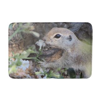 Tapete De Banheiro Esquilo à terra da cauda redonda que cheira as