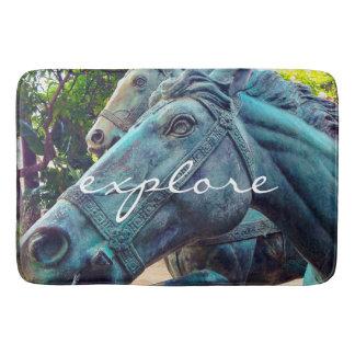 """Tapete De Banheiro """"Explore"""" a foto asiática da estátua do cavalo de"""
