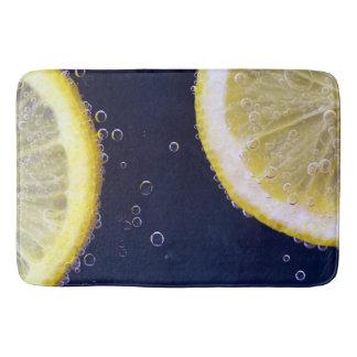 Tapete De Banheiro Fatias deliciosas do limão na água