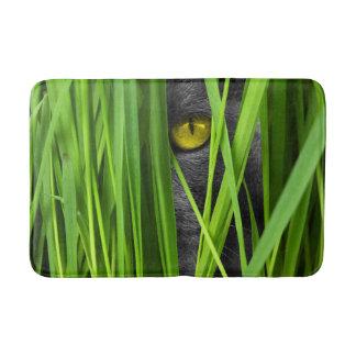 Tapete De Banheiro Gato cinzento que espreita através da grama verde