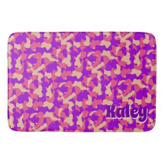 Tapete De Banheiro Nome cor-de-rosa do monograma da camuflagem