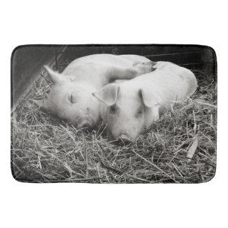 Tapete De Banheiro Porcos pretos & brancos do bebê que afagam a