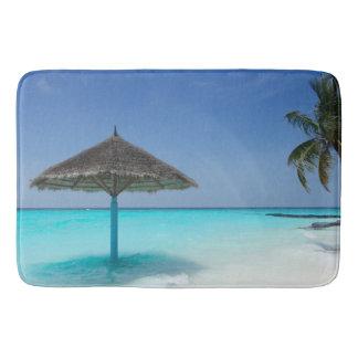 Tapete De Banheiro Praia tropical cénico com guarda-chuva Thatched