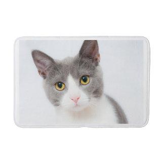 Tapete De Banheiro Tiro cinzento e branco da cabeça do gato