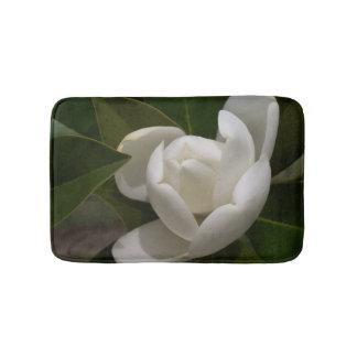 Tapete De Banheiro uma flor em botão branco-amarelada da magnólia