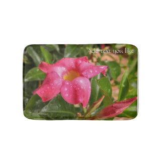 Tapete de banho floral cor-de-rosa do trópico dos
