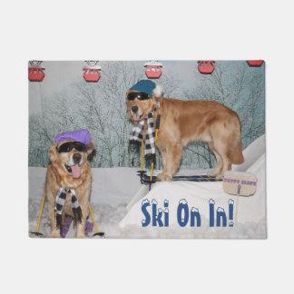 Tapete Esqui dos esquiadores do golden retriever sobre na