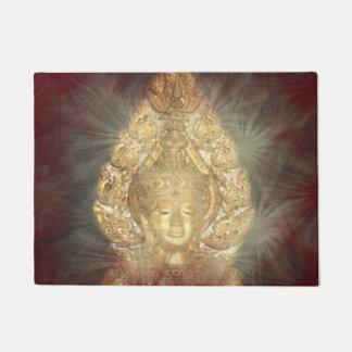 Tapete esteira de porta buddha dourado na obscuridade -