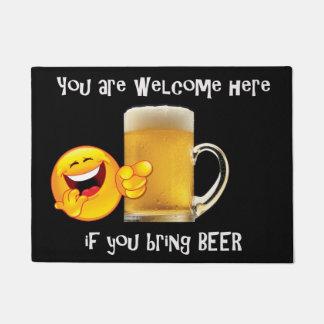 Tapete Esteira de porta com copo da cerveja