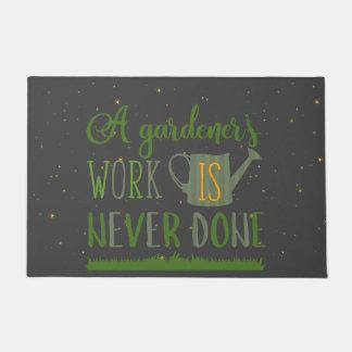 Tapete O jardineiro trabalha a esteira de porta nunca