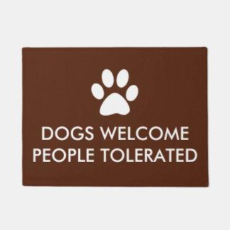 Tapete Os cães dão boas-vindas a pessoas dizer tolerado