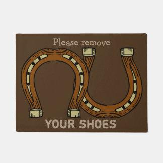 """Tapete """"Remova por favor seus calçados"""" com as ferraduras"""